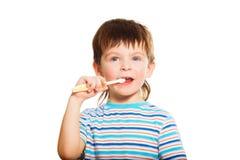 3 anni della spazzola del ragazzo i suoi denti Fotografie Stock Libere da Diritti