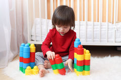 2 anni di bambino che gioca i blocchi di plastica Immagine Stock