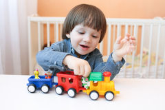 2 anni di bambino che gioca soffiatore di plastica Fotografia Stock