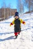 2 anni di bambino nel funzionamento globale nell'inverno Fotografie Stock Libere da Diritti