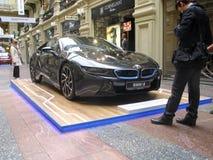 100 anni di BMW Il grande magazzino di dipartimento di stato mosca BMW i8 Immagini Stock