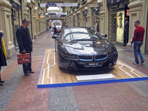 100 anni di BMW Il grande magazzino di dipartimento di stato mosca BMW i8 Immagine Stock Libera da Diritti
