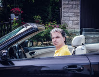 40 anni di classe dello sportivo che conduce l'automobile del cabriolet Immagini Stock