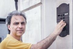 40 anni di classe dello sportivo che suona una campana Fotografia Stock Libera da Diritti