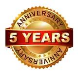 5 anni di etichetta dorata di anniversario con il nastro Immagini Stock