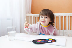 2 anni di pittura del bambino con il colore di acqua dipinge a casa Fotografie Stock