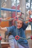4 anni di ragazza che gioca nell'area del campo da giuoco Fotografia Stock