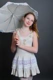12-13 anni di ragazza sotto un ombrello Fotografie Stock Libere da Diritti
