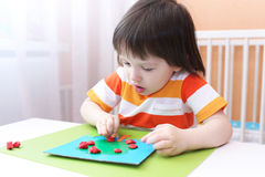 3 anni di ragazzo che modella mela di playdough Fotografia Stock