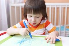 3 anni di ragazzo con le penne del feltro Fotografie Stock