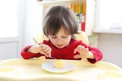 2 anni di ragazzo mangia l'omelette Fotografie Stock Libere da Diritti