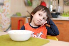 4 anni di ragazzo non vogliono mangiare la macedonia Immagine Stock