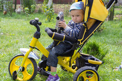 2 anni di triciclo del ragazzo Fotografie Stock