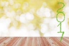 2017 anni fatti dalle foglie verdi con il pavimento di legno di prospettiva Immagini Stock Libere da Diritti