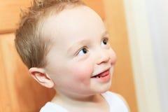 2 anni felici del neonato Il bambino sta sorridendo Immagini Stock