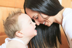 2 anni felici del neonato Il bambino sta sorridendo Fotografia Stock Libera da Diritti