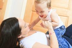 2 anni felici del neonato Il bambino sta sorridendo Immagini Stock Libere da Diritti