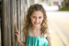 9 anni felici della ragazza su estate Fotografie Stock Libere da Diritti