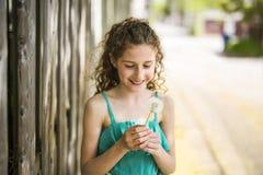 9 anni felici della ragazza su estate Fotografia Stock