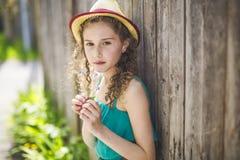 9 anni felici della ragazza su estate Immagini Stock Libere da Diritti