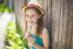 9 anni felici della ragazza su estate Immagine Stock