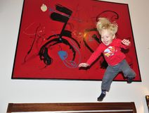 2 anni felici di bambino che salta sul letto Fotografia Stock Libera da Diritti