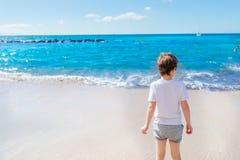 7 anni felici di bambino del ragazzo che cammina sulla spiaggia Immagini Stock