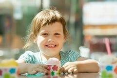 3 anni felici di neonata che mangia il gelato Fotografie Stock Libere da Diritti