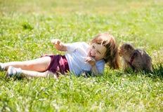 3 anni felici di ragazza con il cucciolo Fotografia Stock Libera da Diritti