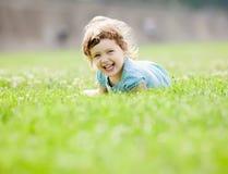 3 anni felici di ragazza su erba Fotografia Stock