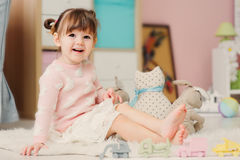 2 anni felici svegli della neonata che gioca con i giocattoli a casa Immagini Stock Libere da Diritti