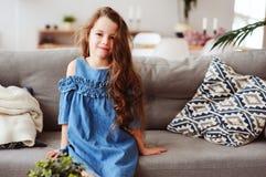 5 anni felici svegli della ragazza del bambino che si rilassa da solo a casa Fotografie Stock Libere da Diritti