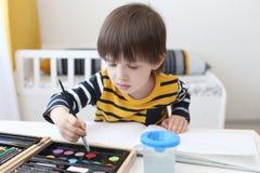 3 anni piacevoli di pitture del ragazzo con colore Immagine Stock Libera da Diritti