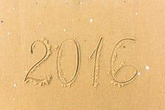 2016 anni scritti sulla sabbia della spiaggia Immagine Stock