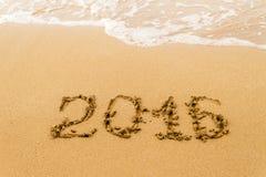 2016 anni scritti sulla sabbia, spiaggia tropicale Fotografia Stock