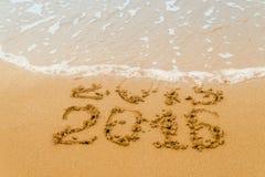 2016 anni scritti sulla sabbia, spiaggia tropicale Immagini Stock