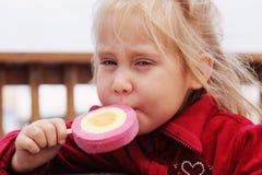 4 anni svegli della ragazza che mangia il gelato Immagine Stock