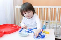 2 anni svegli di medico dei giochi da bambini Fotografia Stock Libera da Diritti