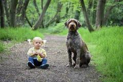 2 anni svegli di ragazza anziana con il suo cane Fotografie Stock