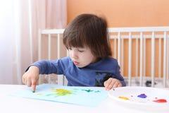 2 anni svegli di ragazzo con le pitture del dito Fotografia Stock
