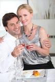 anniaversary γιορτάζοντας ζεύγος τους Στοκ φωτογραφίες με δικαίωμα ελεύθερης χρήσης