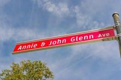 Annie και σημάδι λεωφόρων του John Glenn στο κρατικό πανεπιστήμιο του Οχάιου Στοκ φωτογραφία με δικαίωμα ελεύθερης χρήσης