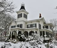 Annie House orpheline dans la neige Photo stock
