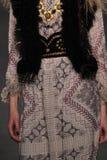 Annika Krijt di modello cammina la pista alla sfilata di moda di Anna Sui durante la caduta 2015 di MBFW Fotografie Stock