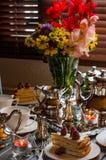 Anniversaire, bel arrangement de table Photo stock