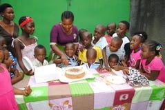 ANNIVERSAIRE D'ENFANT AFRICAIN Images libres de droits