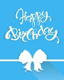 Anniversaire de carte de félicitation joyeux, lettrage blanc et arc sur le bleu lumineux, vecteur Photographie stock libre de droits