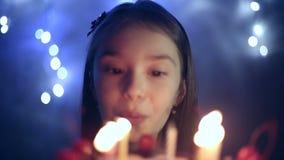 Anniversaire de la petite fille elle souffle des bougies sur le gâteau Fond de Bokeh banque de vidéos