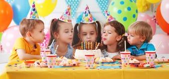 Anniversaire du ` s d'enfants enfants heureux avec le gâteau photographie stock libre de droits