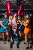 Anniversaire femelle avec des amis 18ème heureux Photos stock